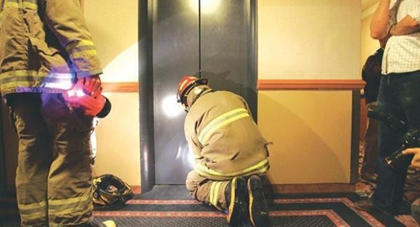 Cách xoay xở khi bị kẹt thang máy ???